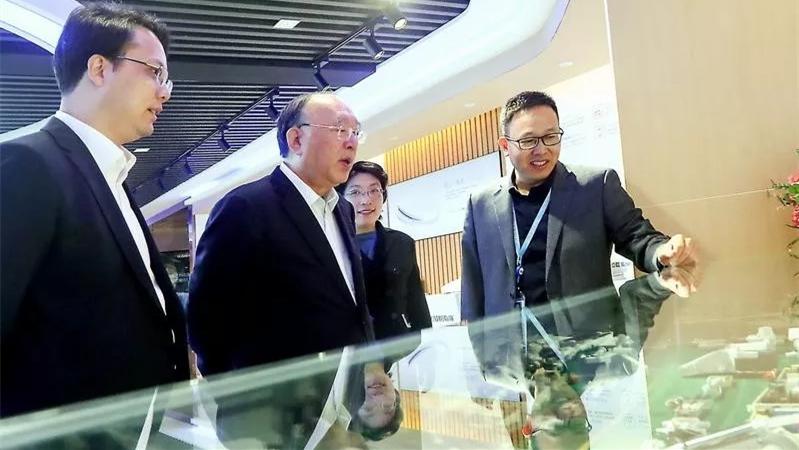 中国国际经济交流中心副理事长黄奇帆一行莅临怡和卫浴考察指导